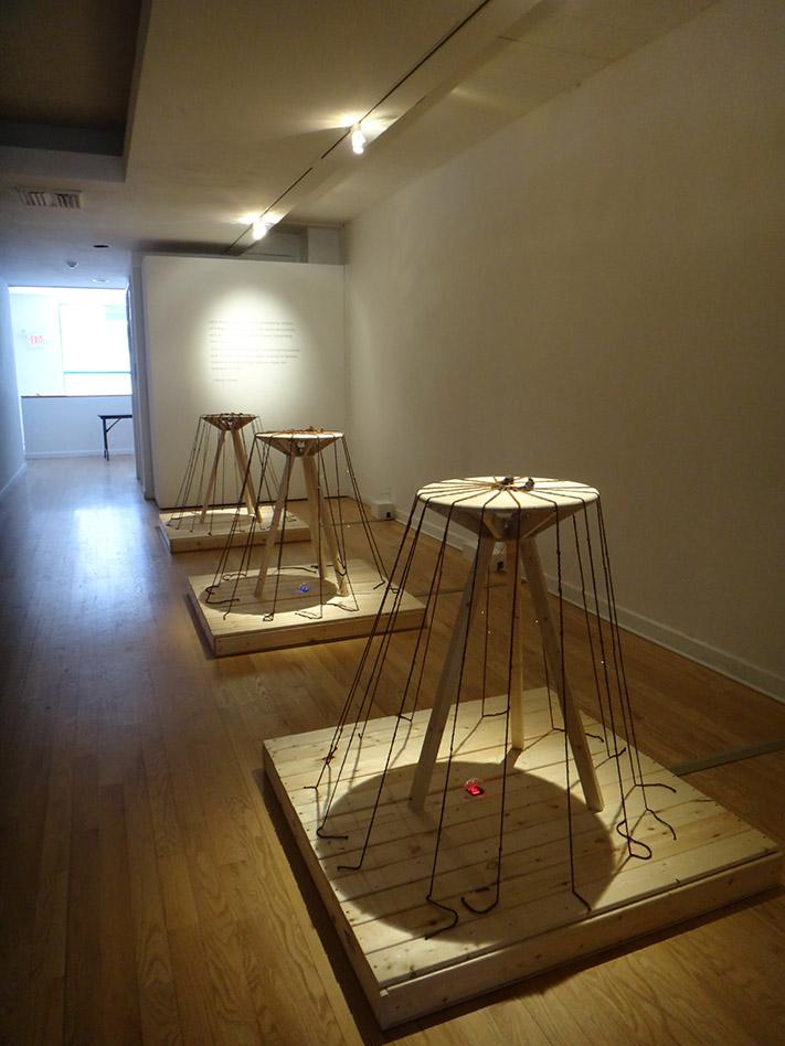 Pagamento Sonoro, 2020, Prismi in legno con corde radiali in tensione