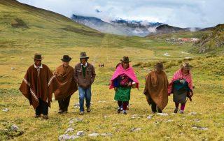 Abitanti del luogo transitano per il sentiero di San Marcos.