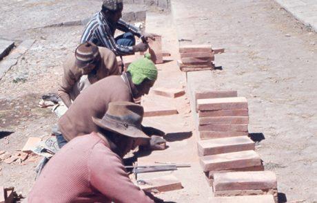 Produzione di mattoni di adobe presso la Chiesa di Santa Cruz de Jerusalén a Juli, per la ricostruzione del campanile della Chiesa di San Juan de Letrán, Perù, Alva Balderrama, Alejandro, 1972. Courtesy: ICCROM