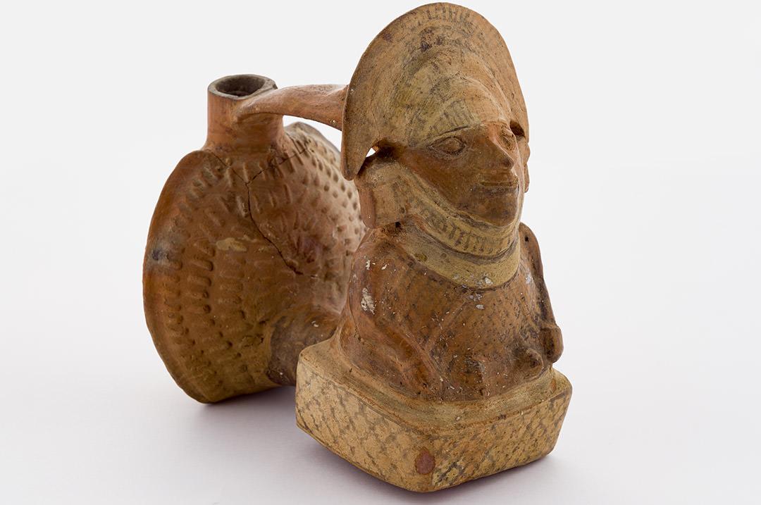 Vaso rituale, a forma di piede con sandalo, per la birra fermentata di mais (chicha).