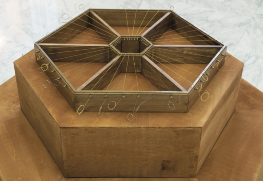 Pagamento Sonoro, 2020. Prismi in legno con corde radiali in tensione. Foto: Gabriele Agostini. Courtesy dell'artista.